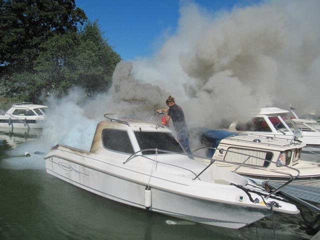 En man skadad i brand pa marina